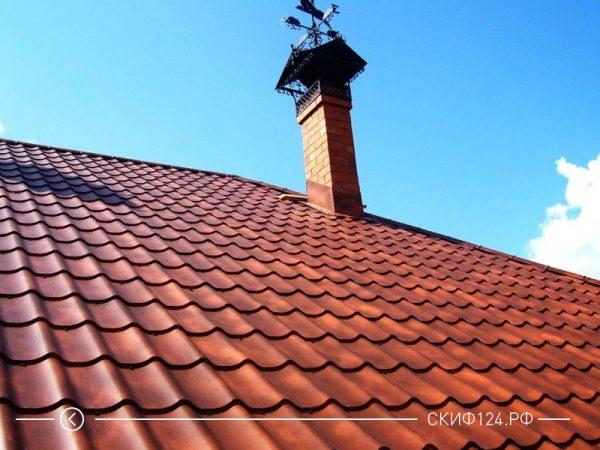 Фото металлочерепицы супермонтеррей Cloudy на крыше дома коричневого цвета