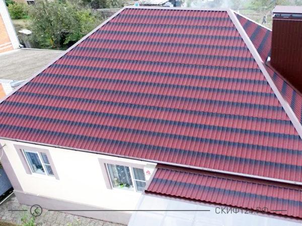 Красная черепица Ондулин на крыше дома, пример фото