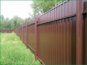 Забор на дачный участок из коричневого профлиста