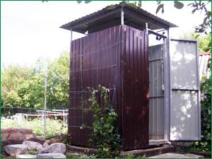 Летний душ на дачном участке из коричневого профлиста